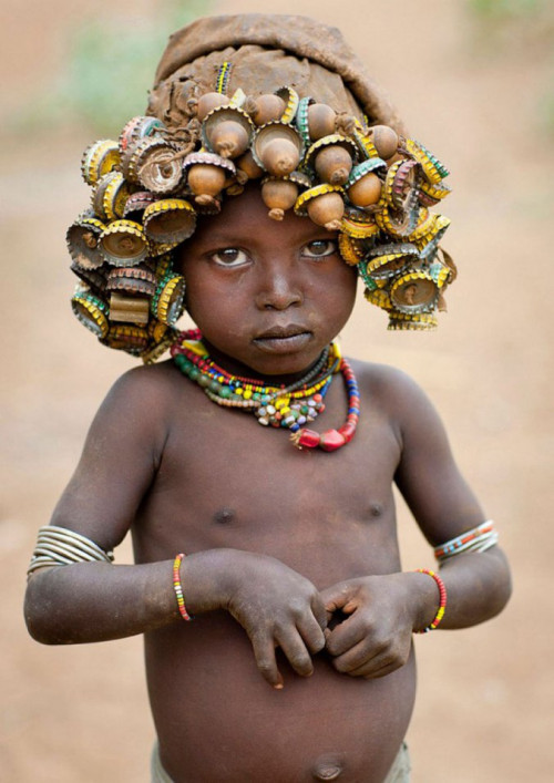 Ethiopian Tribe Turns Rubbish Into Beautiful Jewellery 4