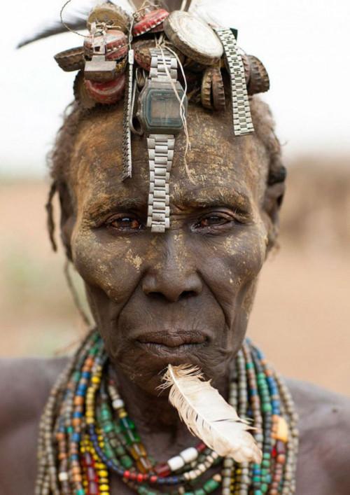 Ethiopian Tribe Turns Rubbish Into Beautiful Jewellery 1