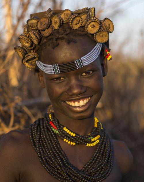 Ethiopian Tribe Turns Rubbish Into Beautiful Jewellery 7