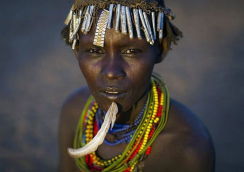 Ethiopian Tribe Turns Rubbish Into Beautiful Jewellery 3
